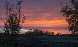 Landschap, achtergronddageraad, mooi, achtergrondzonsondergang, wolken, van achtergrond zonstralen kleurenpalet royalty-vrije stock afbeelding