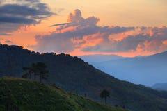 Landschap berg tijdens zonsondergang bij de berg van Doi Angkhang, chia Royalty-vrije Stock Afbeelding