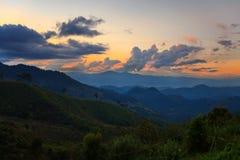 Landschap berg tijdens zonsondergang bij de berg van Doi Angkhang, chia Royalty-vrije Stock Afbeeldingen