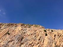 Landschap in bergen en de donkerblauwe hemel met wolken Stock Foto's