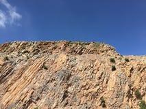 Landschap in bergen en de donkerblauwe hemel met wolken Royalty-vrije Stock Afbeeldingen