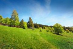 Landschap in bergen en de donkerblauwe hemel met wolken Royalty-vrije Stock Foto