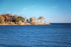 Landschap bij het Canadese meer van Ontario, duidelijke blauwe hemel met wolken, de bomen van de de herfstdaling op klein eiland  royalty-vrije stock afbeeldingen