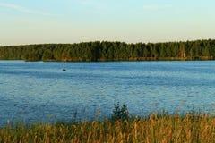 Landschap bij zonsondergang, bos en rivier Royalty-vrije Stock Fotografie