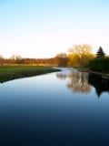 Landschap dat in het water nadenkt Stock Foto's