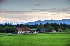 Landschap in de avond dicht bij de bergen Stock Afbeeldingen
