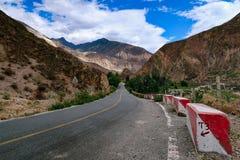 Landschap in de Berg van de de aandrijvingsweg van het xizangtoerisme royalty-vrije stock afbeelding