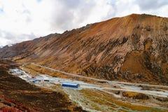 Landschap in de Berg van de de aandrijvingsweg van het xizangtoerisme stock afbeelding
