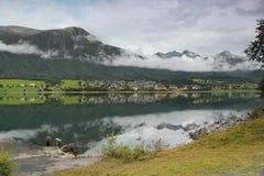 Landschap De bergen worden weerspiegeld in het water De zomer in Noorwegen Stock Afbeeldingen