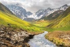 Landschap, de bergketen van de Kaukasus, Juta-vallei, Kazbegi-gebied, Georgië stock foto's