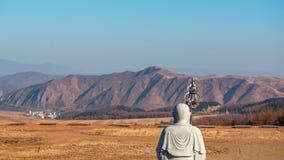 Landschap in de Chinese stad van Tumen Weergeven van hua-Yang of Huayan-tempel aan de berg in het Noorden Koreaan wordt gevestigd royalty-vrije stock afbeelding