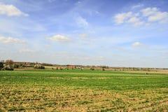 Landschap in de hemel van de gebiedenbelgië van Vlaanderen en wolkenlandbouwbedrijf stock foto