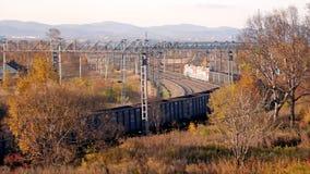 Landschap De recente herfst De jacht Spoorweg Een locomotief die een goederentrein trekken royalty-vrije stock afbeeldingen