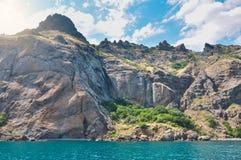 Landschap - de rotsen worden gewassen door de Zwarte Zee, Karadag de Krim royalty-vrije stock fotografie