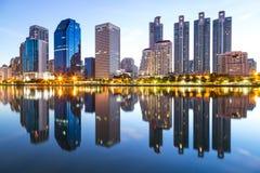 Landschap die modern bedrijfsdistrict van Bangkok bouwen bij twilgi Royalty-vrije Stock Foto