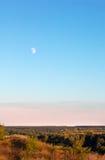 Landschap die uit de maan, de hemel, een vallei en bomen bestaan Stock Afbeelding