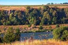 Landschap die uit de vallei, de rivier, de bomen en het gebied bestaan Royalty-vrije Stock Afbeeldingen