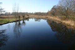 Landschap en bomen die in het oppervlaktewater weerspiegelen Royalty-vrije Stock Afbeeldingen