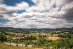 Landschap en een klein dorp in Duitsland stock afbeelding