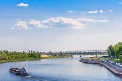Landschap in Gomel Een Aak in navigatie op de Sozh-rivier Groene bomen, blauwe hemel, water Royalty-vrije Stock Foto's