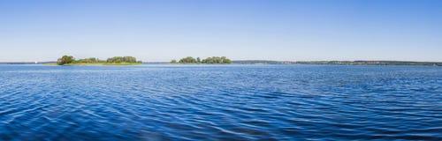 Landschap, heldere dag Bomen, water, heldere hemel stock afbeelding
