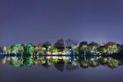 Landschap in het Westenmeer bij nacht, Hangzhou, China wordt weerspiegeld dat Royalty-vrije Stock Afbeelding