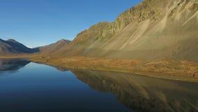 Landschap het Zuid- van IJsland met Route 1 op een zonnige dag met blauwe hemel stock footage