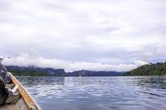 Landschap met achtergrondbergenbomen en mist en een meer in voorzijde, die na zware regenachtige dag gelijk maken Slechte verlich Royalty-vrije Stock Foto's