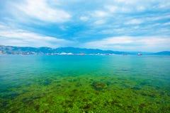 Landschap met baai, bergen en schepen royalty-vrije stock afbeelding