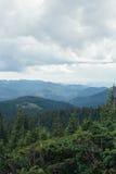 Landschap met bergen, bos en bewolkte hemel royalty-vrije stock afbeeldingen