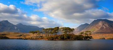 Landschap met bergen en hemel die in meer wordt weerspiegeld Stock Foto's