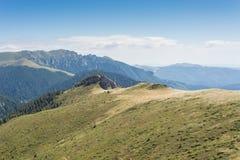 Landschap met bergketen en rollende heuvels Royalty-vrije Stock Foto's