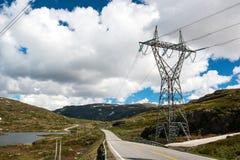 Landschap met bergweg en de lijn van de hoogspanningsafhankelijkheid, Noorwegen Stock Foto