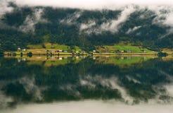 Landschap met bezinning Royalty-vrije Stock Afbeeldingen