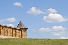 Landschap met blauw hemeldeel van de vestingsmuur. Royalty-vrije Stock Foto's