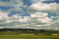 Landschap met blauwe hemel en witte wolken Stock Fotografie