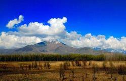 Landschap met blauwe hemel en wolken stock foto