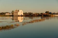 Landschap met boerderij die door rijstaanplantingen wordt omringd en zijn gedachtengang in het water in Albufera-lagune, in Natuu stock foto