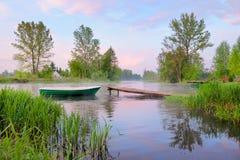 Landschap met boot en voetgangersbrug op de rivier Royalty-vrije Stock Afbeelding