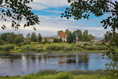 Landschap met brede Russische rivier en de ruïnes van een oude tempel Royalty-vrije Stock Afbeeldingen