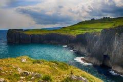 landschap met de oceaankust in Asturias, Spanje Stock Afbeelding