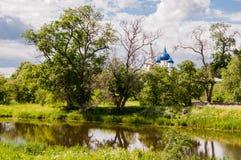 Landschap met de rivier en bomen op de achtergrond van Suzdal het Kremlin, Rusland stock afbeeldingen