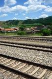 Landschap met de spoorweg en het dorp Royalty-vrije Stock Afbeeldingen