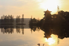 Landschap met de toren op het meer Stock Foto