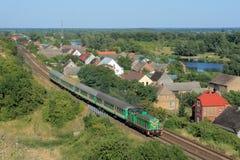 Landschap met de trein, het dorp en de rivier Royalty-vrije Stock Foto