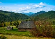 Landschap met dorp, bergen en blauwe hemel. Royalty-vrije Stock Afbeeldingen