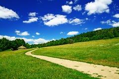Landschap met dorpsweg stock afbeeldingen