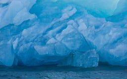 Landschap met Drijvend Blauw Ijzig Ijs stock foto's