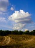 Landschap met een blauwe hemel met wolken stock foto