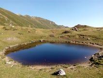 Landschap met een ijzig meer in de Karpatische bergen Stock Foto's